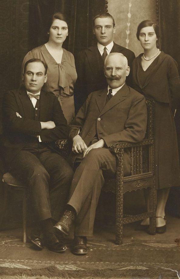 Florica bagdasar împreună cu tatăl și frații săi într-o fotografie de familie