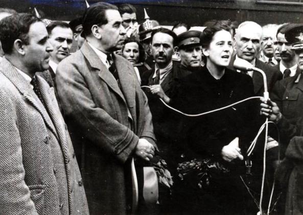 """Gheorghe Gheorghiu –Dej, Gh. Tătărăscu, Florica Bagdasar, membrii delegaţiei guvernamentale române la Conferinţa de Pace de la Paris în drum spre Capitală, la mitingul din Gara Predeal, unde a luat cuvântul Florica Bagdasar. (21.09.1946). [Fotografia #FA040] """"Fototeca online a comunismului românesc"""", precum şi cota arhivistică. - Cota: 40/1946"""